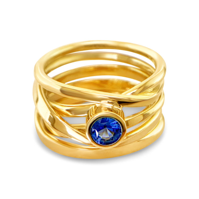 hand-forged Onefooter ring in 18k yellow certified fairly traded gold, set with 4.5mm sapphire. Size 6.5