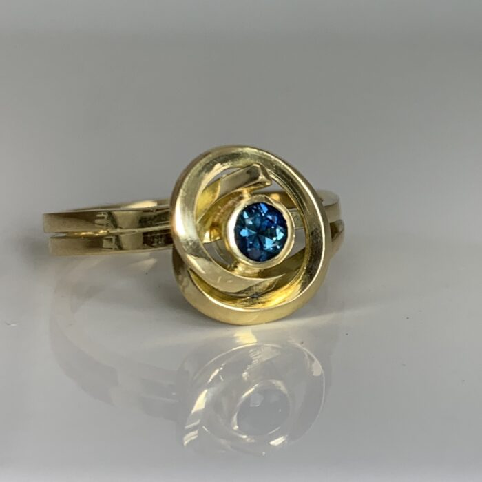 Knot Ring in 18K Gold with Sapphire handmade by Dorothee Rosen in Halifax, Canada #K001