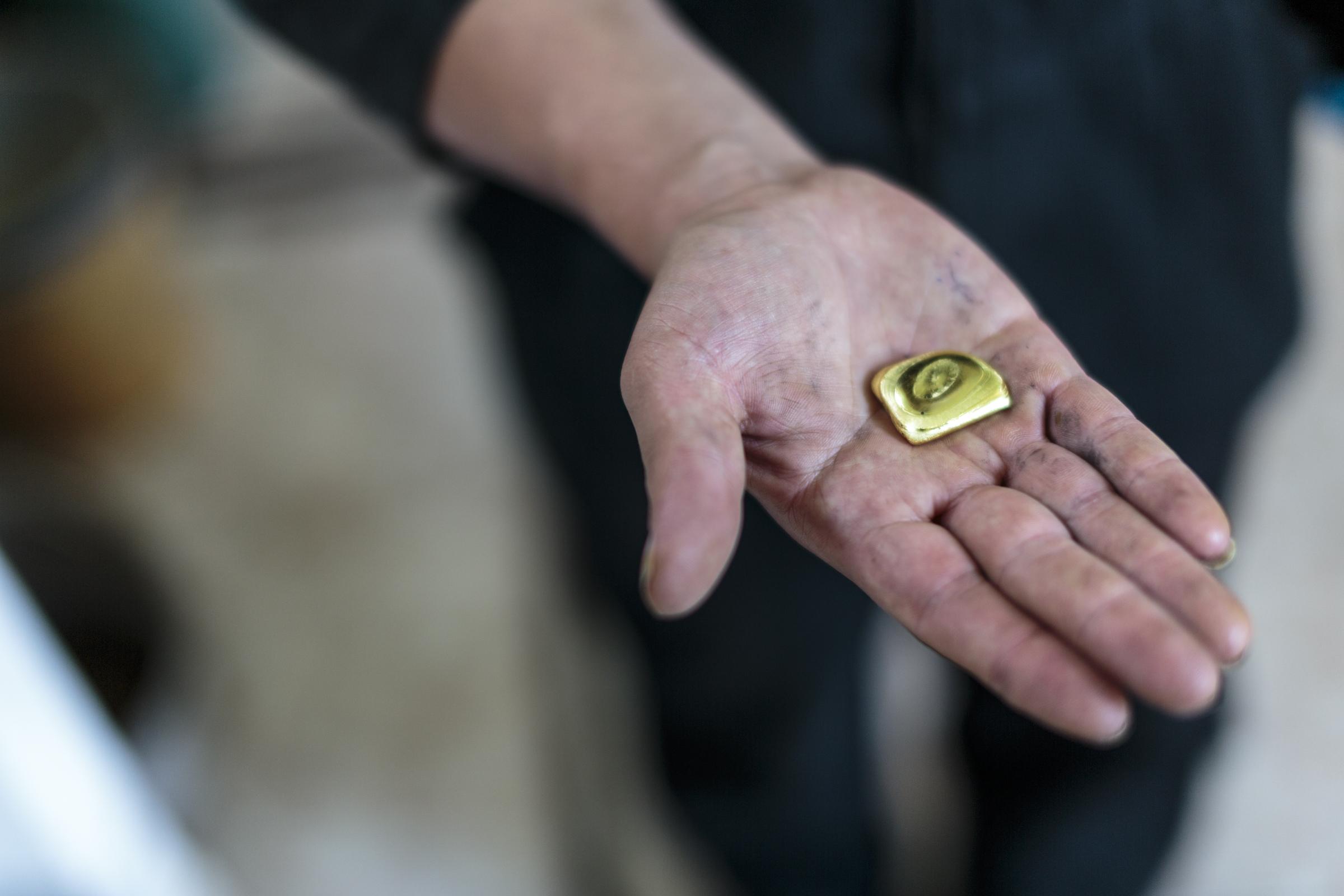 Dorothee Rosen Gold in Hand Copia de 1234 (c) Manuela Franco Fairmined Gold